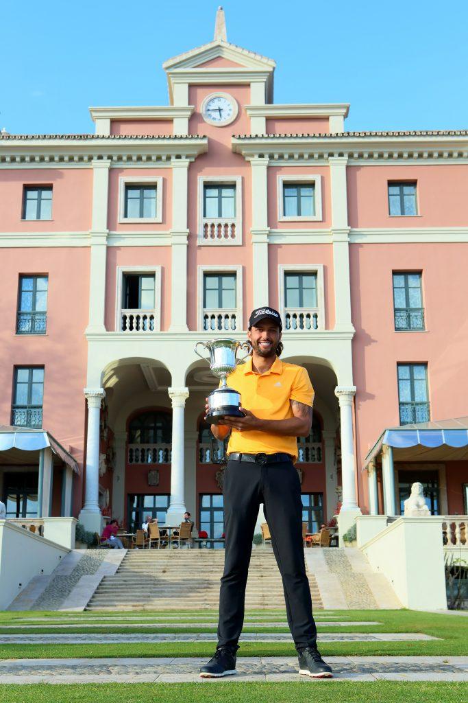 Arizabaleta posa con el trofeo del orden del mérito de The Gecko Tour 2018-2019