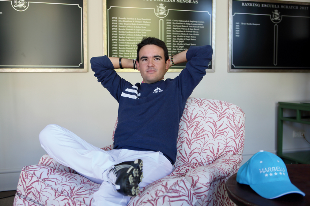 Ángel Hidalgo en la Casa Club de Guadalmina Golf, donde suele practicar y se siente como en casa