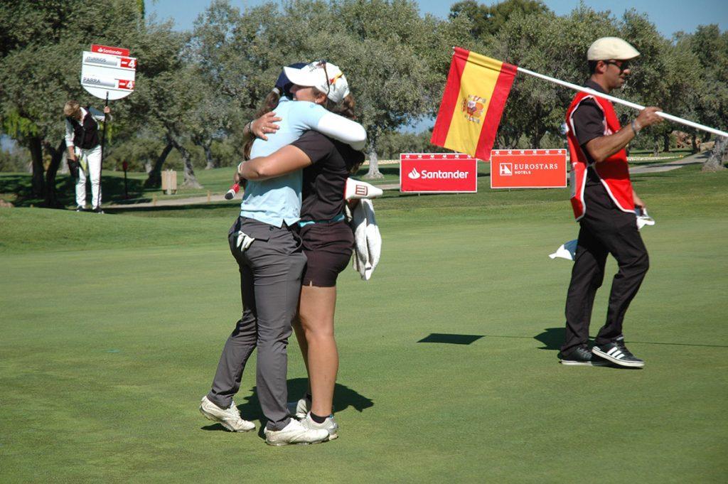 Nuria Iturrioz y María Parra se abrazan tras disputar el play off que ganó la jugadora balear.