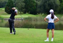 dos golfistas jugando