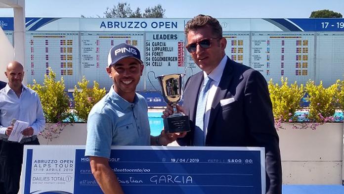 Sebatián García recoge el cheque de ganador