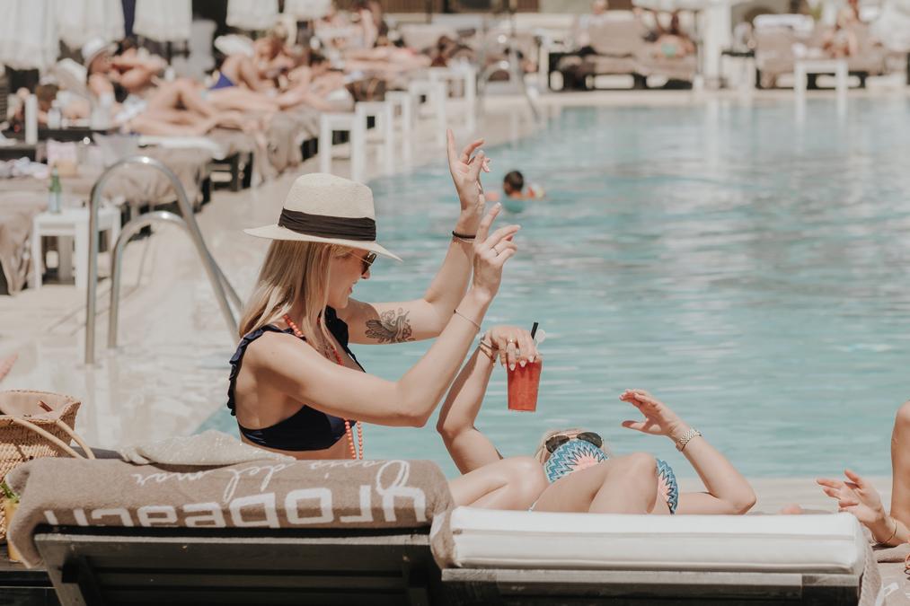 Disfrutando de la piscina en Purobeach Marbella